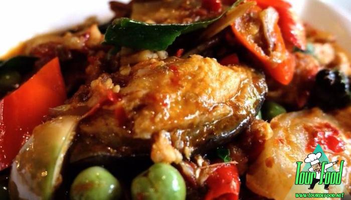 ผัดพริกแกงปลาดุกทอดกรอบ ผัดพริกแกงปลาดุกทอดกรอบ เมนูผัดพริกที่มีรสหวานนำ เผ็ดตาม ทำให้รับประทานได้ง่าย แมีความเผ็ดและความเค็มอย่างลงตัว
